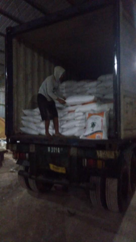 Hampir selesai muat pupuk phospat alam bintang padi ke Kalimantan Selatan