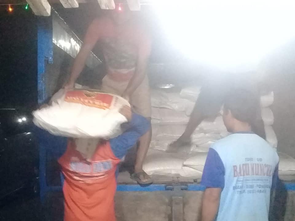 Bongkar muat pupuk di kios pertanian Ponorogo