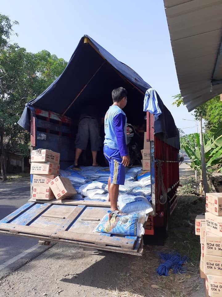 Bongkar muatan pupuk npk interflor kemasan 25 kg di kios Jawa Barat