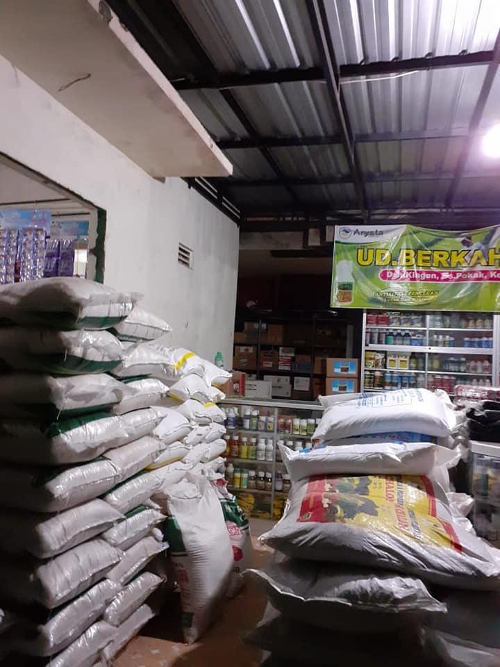 Selesai bongkar pupuk di kios pertanian Kertosono