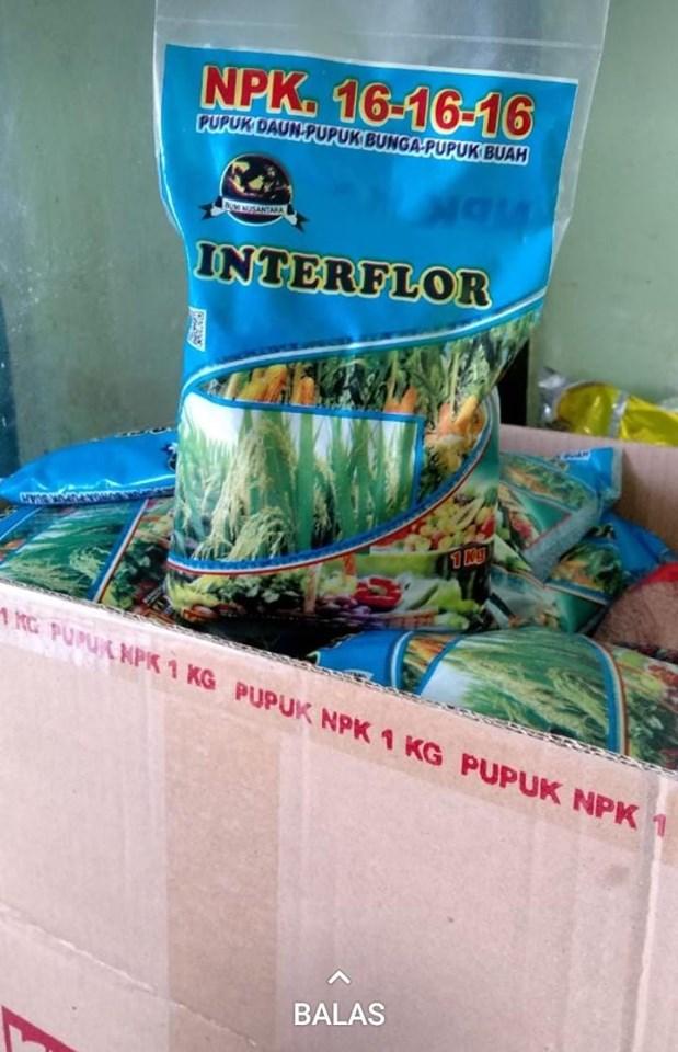Kemasan 1 kg pupuk NPK Interflor di kios pertanian