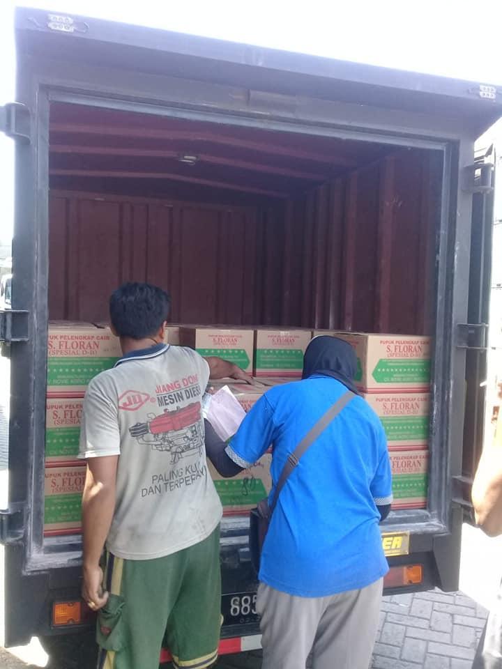 Selesai proses bongkar pupuk pelengkap cair S. Florans di gudang ekspedisi Manado