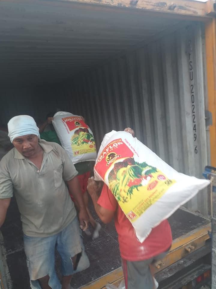 Muat pupuk NPK Hibaflor ke perkebunan sawit PT. Sinar mas kota Banjarmasin sebanyak 5 kontainer