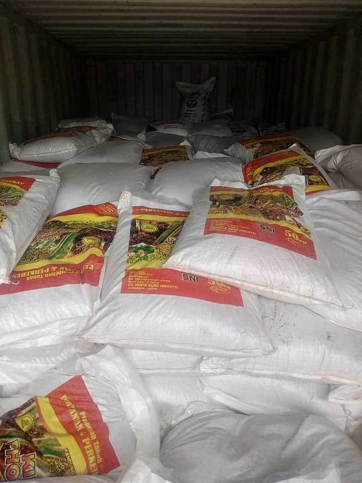 Lembur muatan Pupuk kings phoska tujuan Medan dan Pekanbaru Riau sebanyak 5 konteiner
