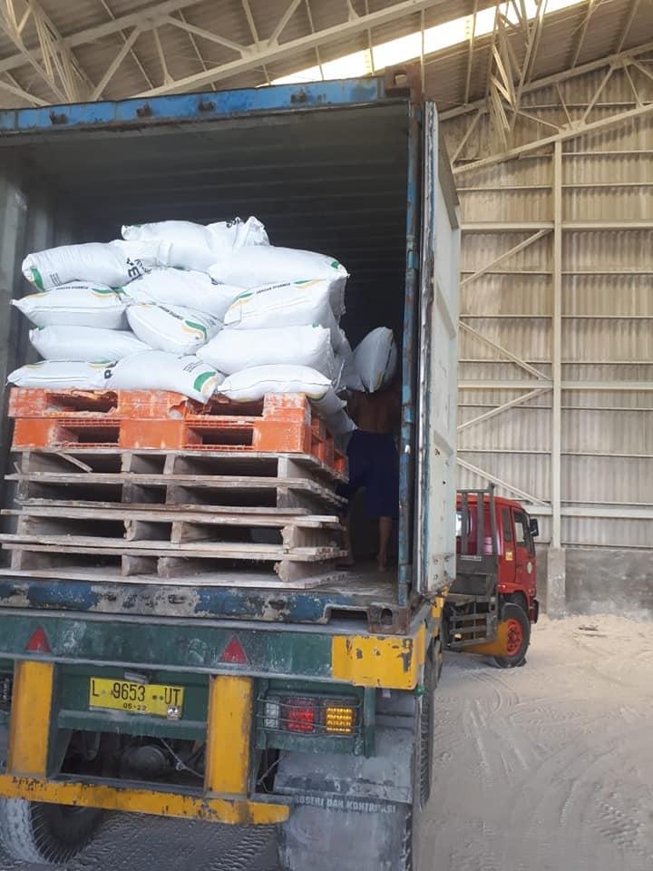 Proses muat kapur pertanian petro cas ke Kalimantan Barat
