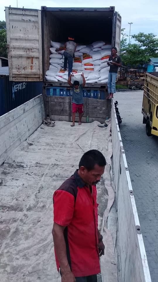 Proses bongkar pupuk kings phoska di Pelabuhan Aceh