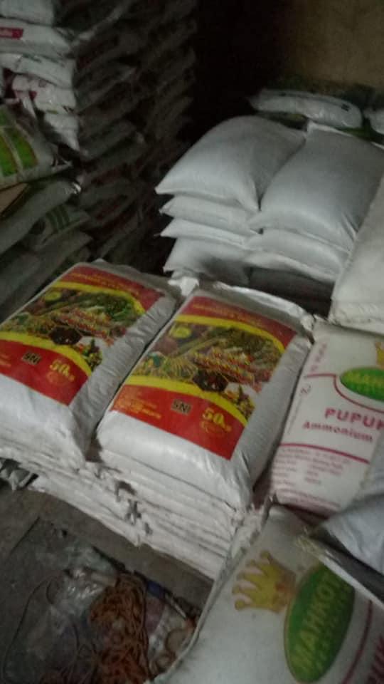 Selesai bongkar muatan pupuk di kios pertanian Nganjuk