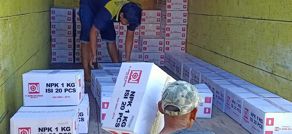 Proses muat pupuk npk interflor kemasan 1 kg sebanyak 10 ton tujuan kios pertanian Sukabumi