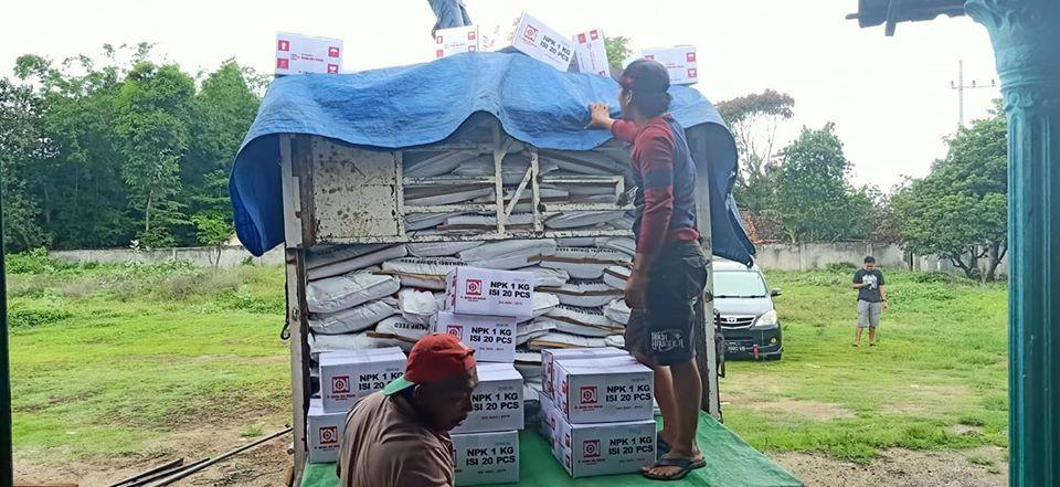 Proses muat pupuk npk interflor kemasan 1 kg dan pakan ternak ayam tujuan Mataram