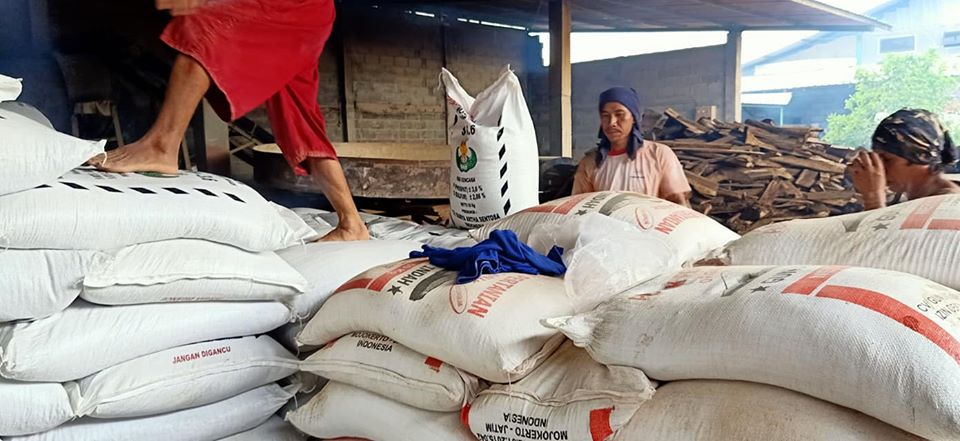 Muat pupuk phospat alam sp tujuan Lampung dan Palembang sebanyak 2 fuso 25 ton