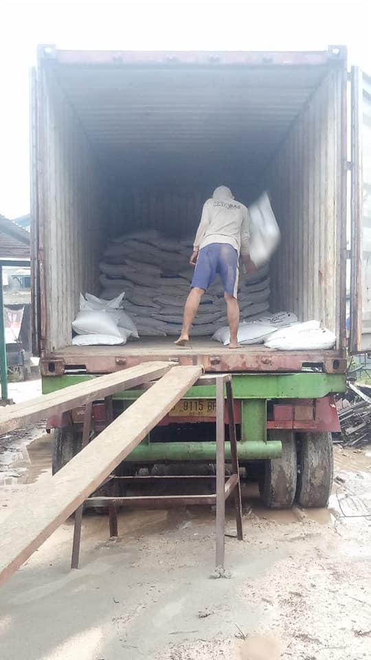 Proses muat pupuk humi phoska plus bonus tujuan Pekanbaru Riau