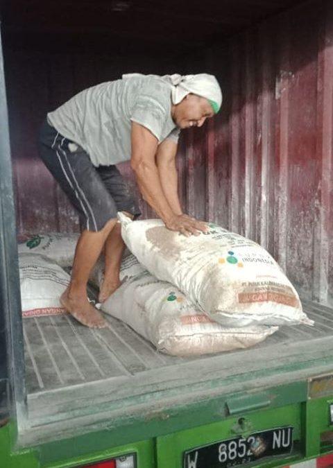 Muat pupuk urea non subsidi dan pupuk kings phoska tujuan kios pertanian Ponorogo