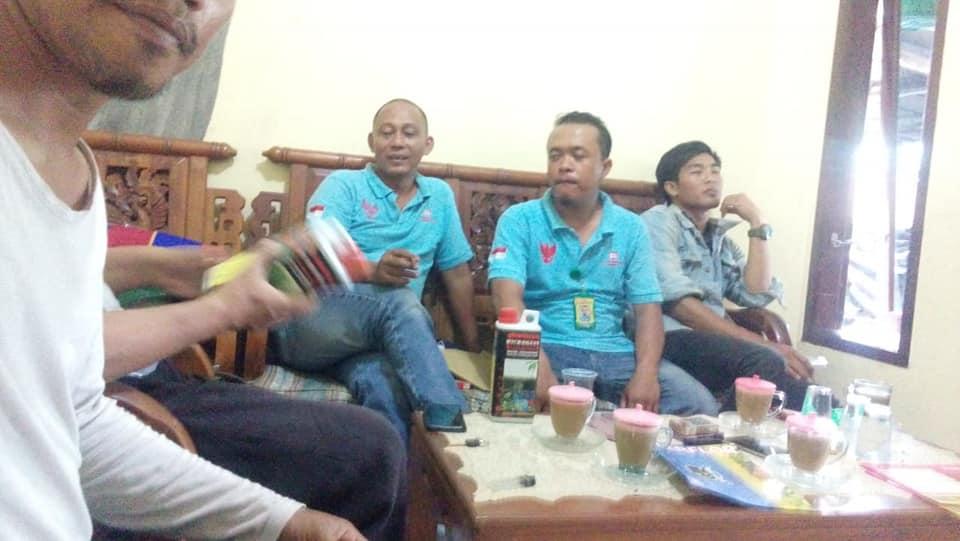 Petugas PT.KDN group Indonesia memberikan pengarahan terhadap produk pupuk kepada kelompok petani Pasuruan Indonesia