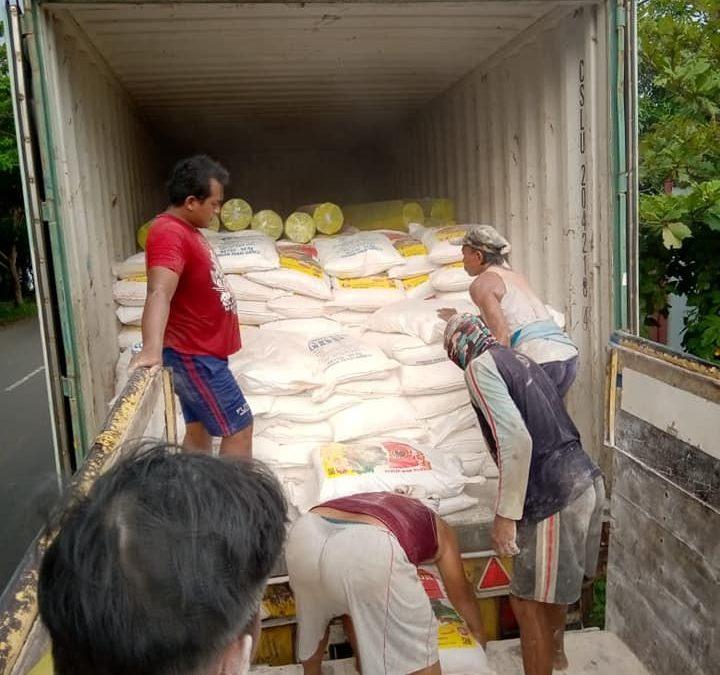 Proses muat pupuk npk hibaflor, mulsa dan pupuk cair perekat penembus perata sebanyak 2 konteiner tujuan Kalimantan Barat