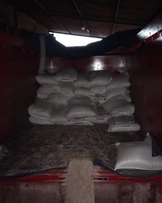 Muat pupuk phosat alam SP, lanjut pengiriman ke kios petanian kota Ngawi
