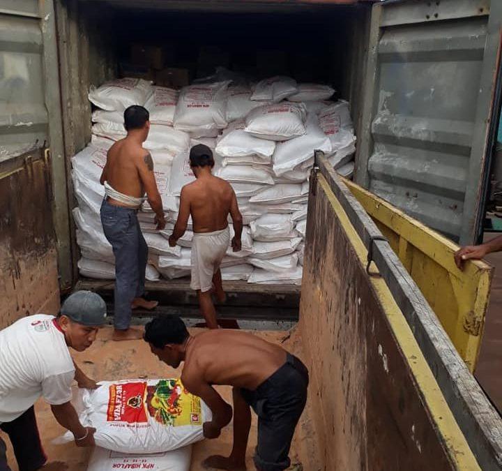 Proses bongkar muat pupuk sebanyak  2 peti kemas di pelabuhan Kalimantan