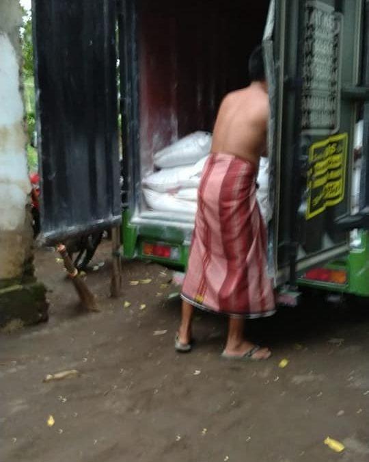 Bongkar muatan pupuk npk hibaflor di kios pertanian kota Pasuruan