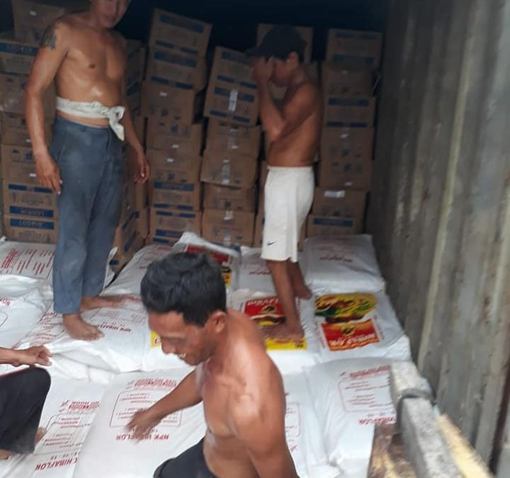 Proses bongkar pupuk di pabuhan Kalimantan Barat sebanyak 2 peti kemas