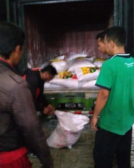 Proses bongkar pupuk NPK hibaflor di Pasuruan