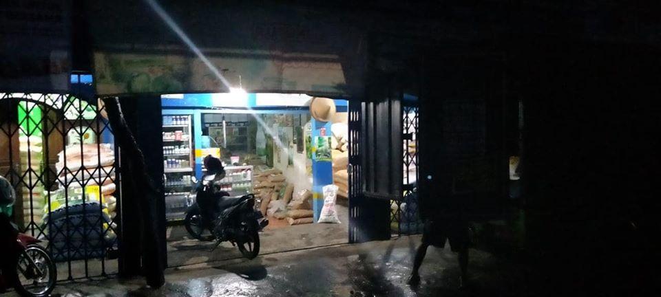 Bongkar pupuk di lokasi kios pertanian Pasuruan