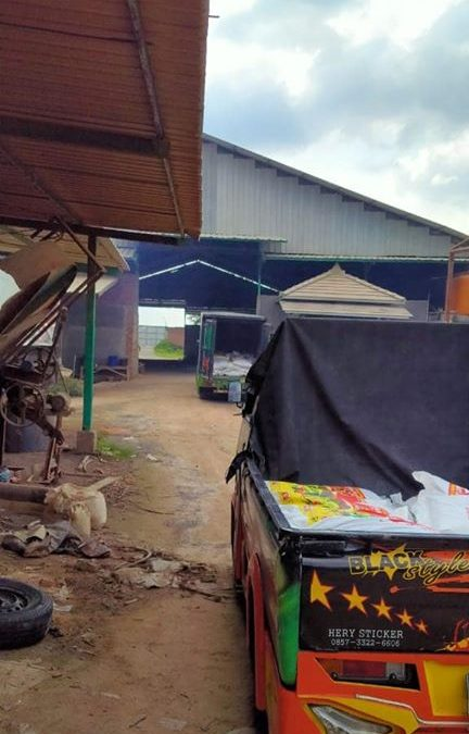 Pengiriman pupuk NPK hibaflor sebanyak 2 armada kecil tujuan kios pertanian Pasuruan