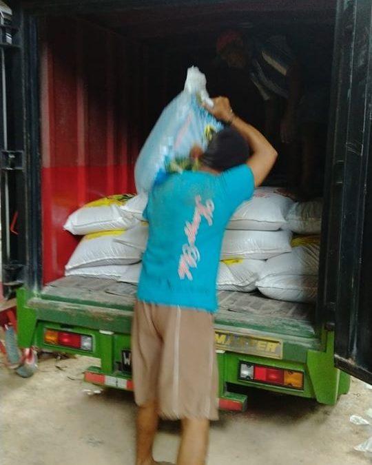 Pengiriman pupuk ke kios pertanian Probolinggo